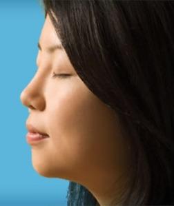 Chica disfrutando de la Meditación Trascendental para el desarrollo de estados superiores de consciencia.
